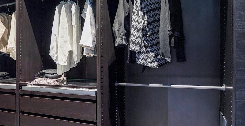 Walk-in-garderobe på hovedsoverom