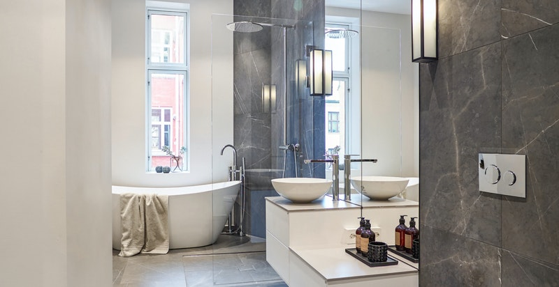 Bad nr. 2 er også av god størrelse. Her er det opplegg til vaskemaskin og tørketrommel.