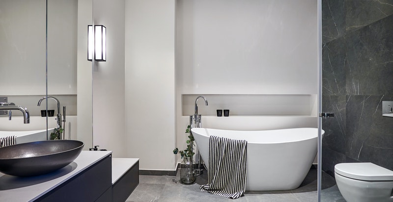 Bad tilknyttet hovedsoverom med lekre fliser og varmekabler i gulv.