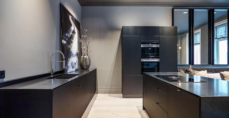 Kjøkkenet har rikelig med både skap- og benkeplass.