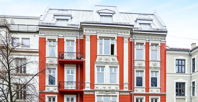 Fasade - leiligheten ligger i byggets 3. etasje.