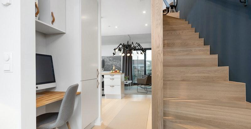 Du har et eget kontor i kjelleren i den tidligere boden / garderoberommet i tillegg til et plassbygget et i hovedetasjen