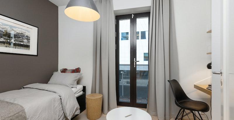 Alle rommene har plass til dobbeltsenger og har oppbevaringsmuligheter i garderober.