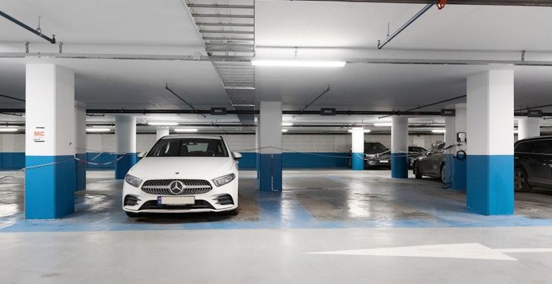 Det medfølger en garasjeplass i et lukket og låst garasjeanlegg. Om du ikke har behov for plassen kan denne leies ut for ca. kr 3 500,- pr mnd.