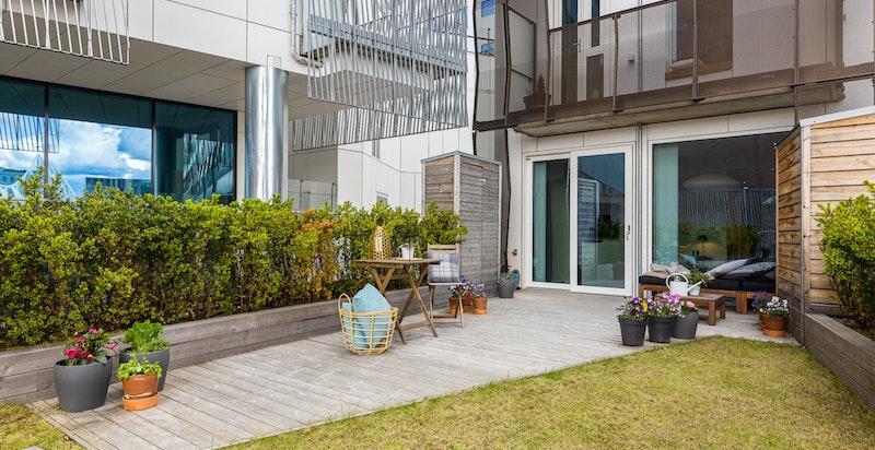 Totalt har byhuset 3 balkonger, egen hage og parkeringsplass i kjelleren.
