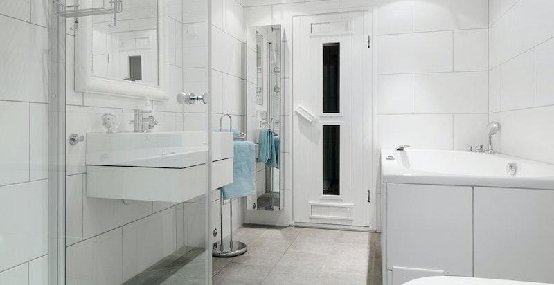 Bad med separat dusj, badekar og wc.