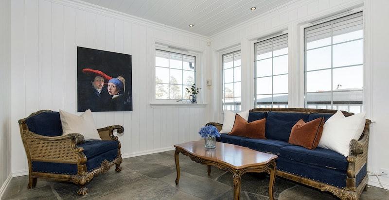 Stue i praktikantdel med engen inngang og utgang balkong