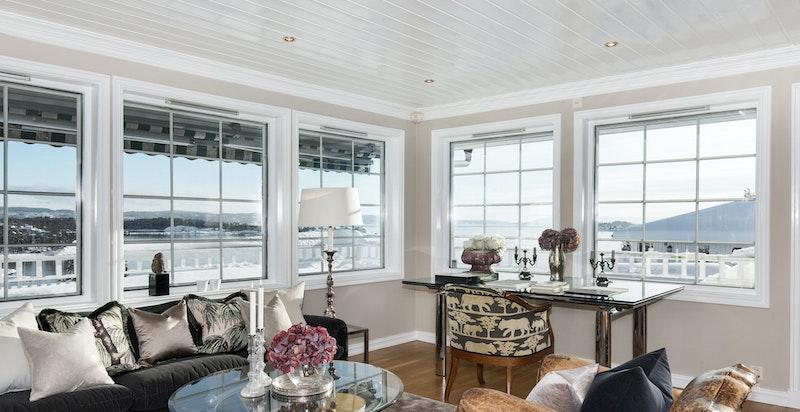 Flott stue med praktfull utsikt