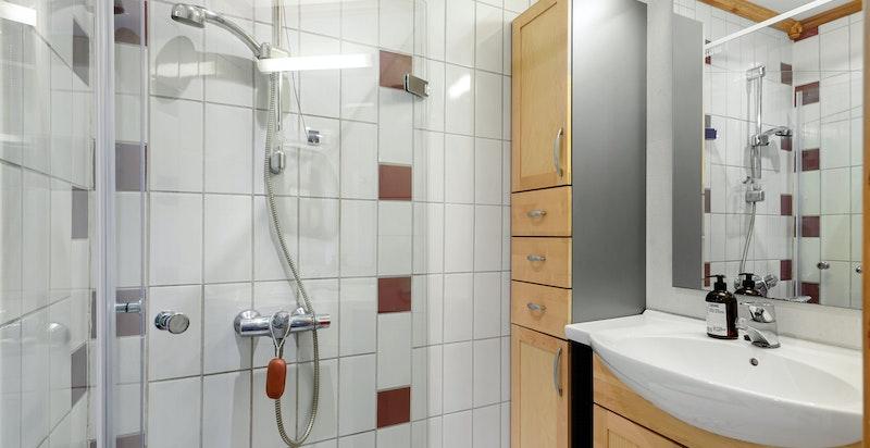 Badet ligger innenfor kjøkkenet