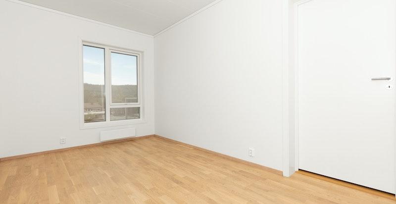 Lyst og luftig soverom. Bilde tatt fra en tilsvarende leilighet i prosjektet.