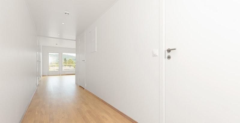 Innbydende entré/gang. Bilde tatt fra en tilsvarende leilighet i prosjektet.