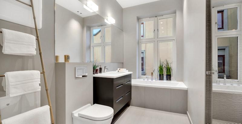 Delikat og fresht bad med badekar og dusjnisje