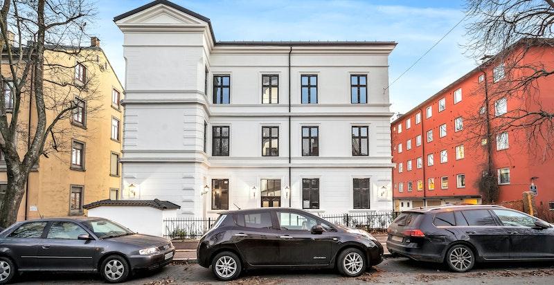 Flott, klassisk og frittliggende bygård fra ca. 1887. 2 parkeringsplasser medfølger leiligheten