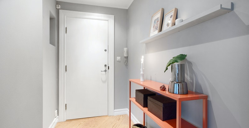 Innbydebde entre med delikate vegger og eikeparkett på gulv, god plass til å henge fra seg ytterklær og sko