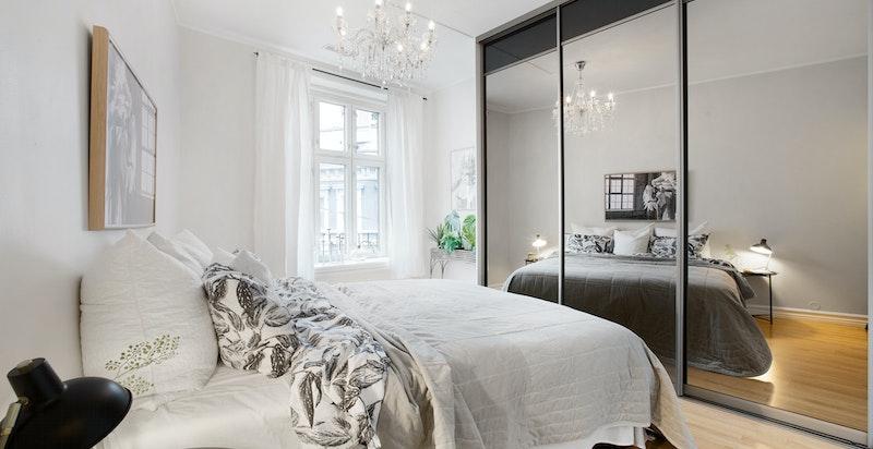 Romslig og luftig soverom med plass til dobbeltseng og skyvedørsgarderobe