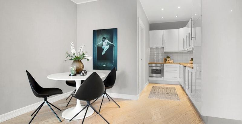 I forlengelse av kjøkkenet er det en fin plass for spisebord/langbord