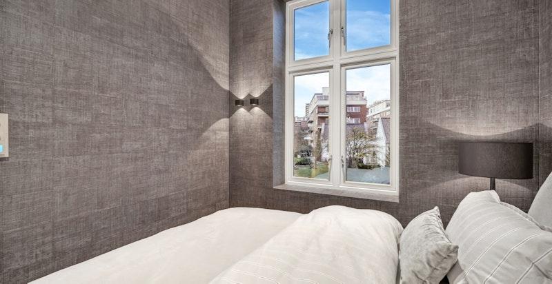 Begge soverommene vender ut mot stille gate og hyggelig bebyggelse