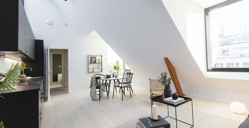 Store vindusflater gir leiligheten et godt utrykk