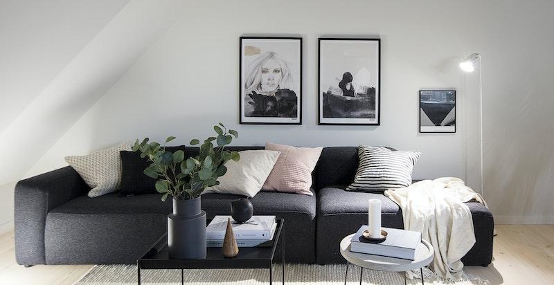 Naturlig og god plass til sofa med tilhørende bord i stuen