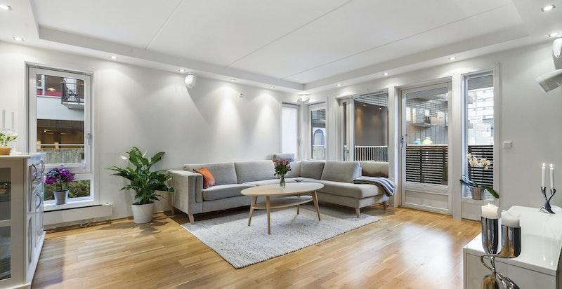 Velkommen til Aslakveien 16 D - romslig lys stue med utgang vestvendt balkong