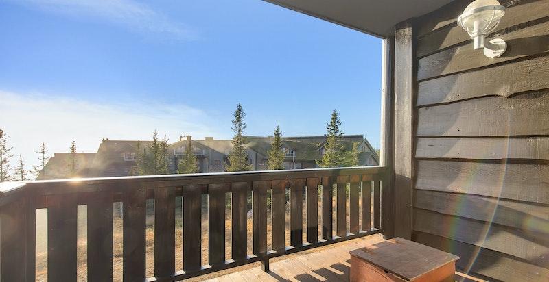 Solrik balkong med fin utsikt