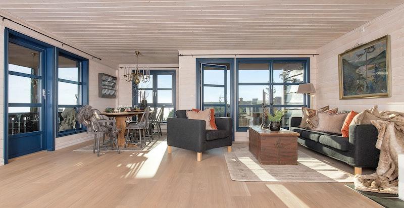 Lys og romslig stue med utgang til balkong