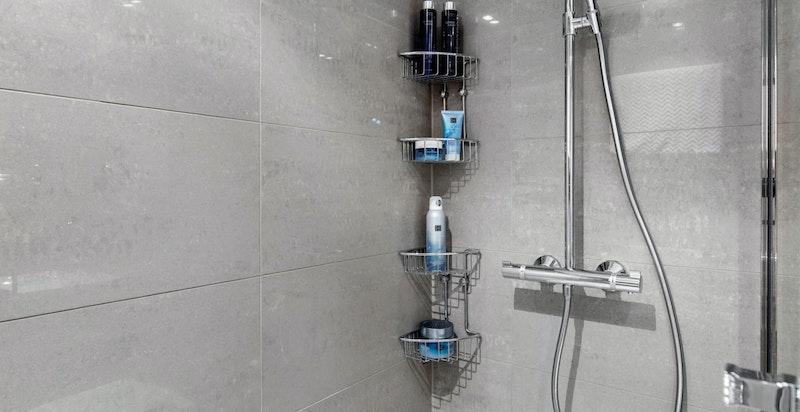 Stor dusjsone med regnfallsdusj og hånddusj