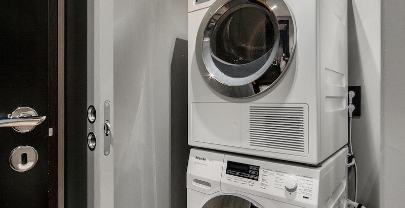 Egen vaskenisje med opplegg for vaskemaskin og tørketrommel