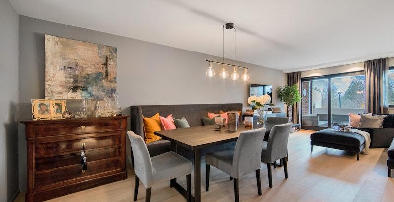 Stuen er romslig og åpen med god plass til både spise- og sittegruppe