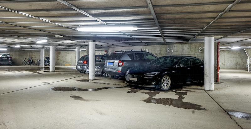 felles garasjeanlegg med 1 garasjeplass tilhørende leiligheten
