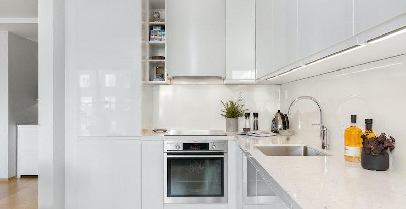 Moderne kjøkken fra HTH med stilren benkeplate i kompositt