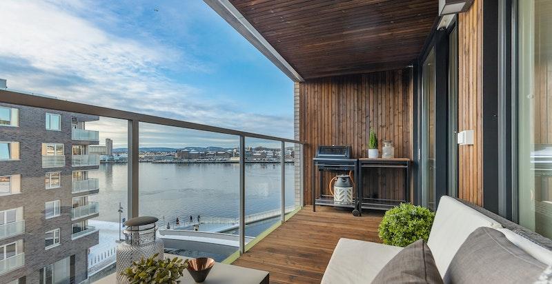 Solrik balkong med nydelig sjøutsikt