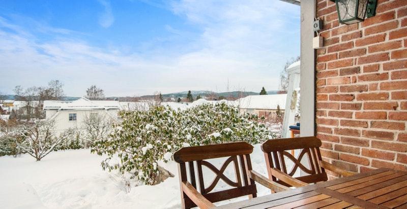 Terrasse med flott utsikt og utgang til stor, frodig hage. Meget barnevennlig.