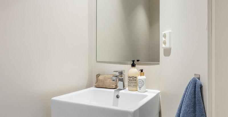 Separat toalett praktisk plassert ved entré/gang.