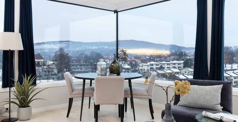 Hjørnestue med store vindusflater som slipper inn lys og utsikt