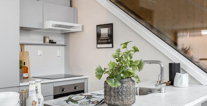 Bred kjøkkenøy med lekker benkeplate i Carrara marmor
