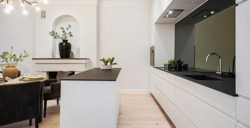 Praktisk kjøkkenøy (med strøm) og vinskap.