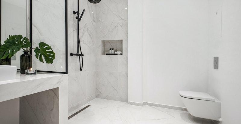 Begge badene er store og har samme flotte utførelse på materialer.