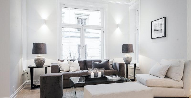 Dette er en klassisk, gjennomgående leilighet med særdeles gode lysforhold.