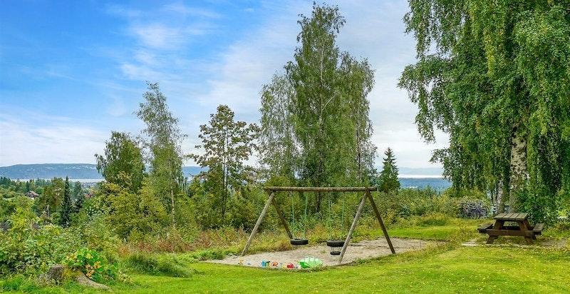 Hyggelige fellesområder med sittegrupper og lekeplass