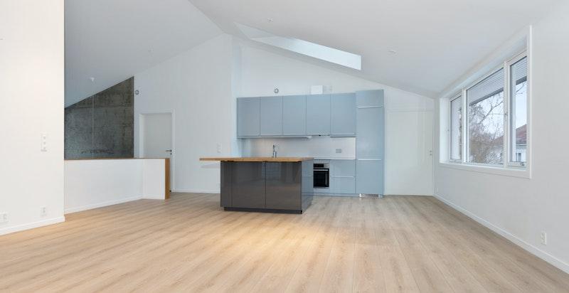 Stue til kjøkken uten møbler