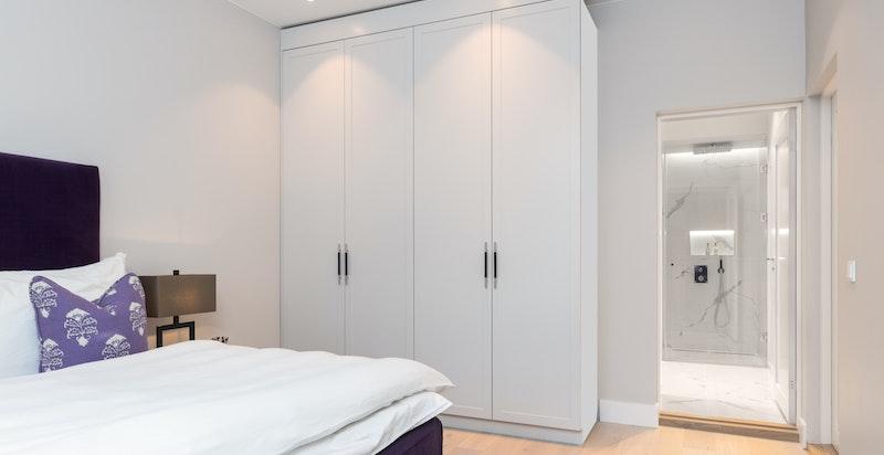 Garderobeskap og adkomst til eget baderom