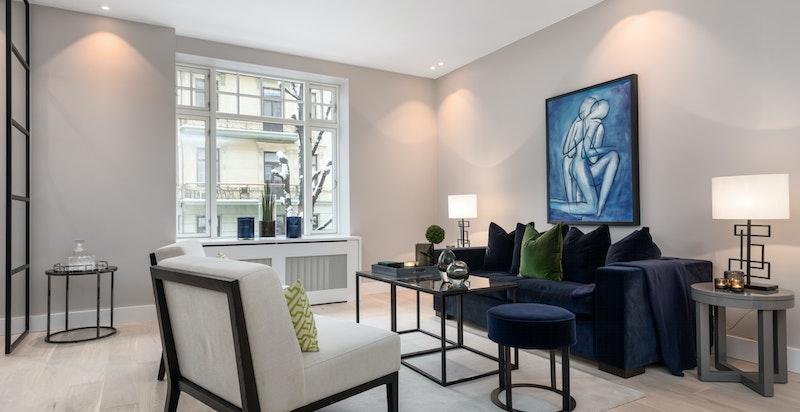 Stue med god plass til sittegruppe og andre møbler