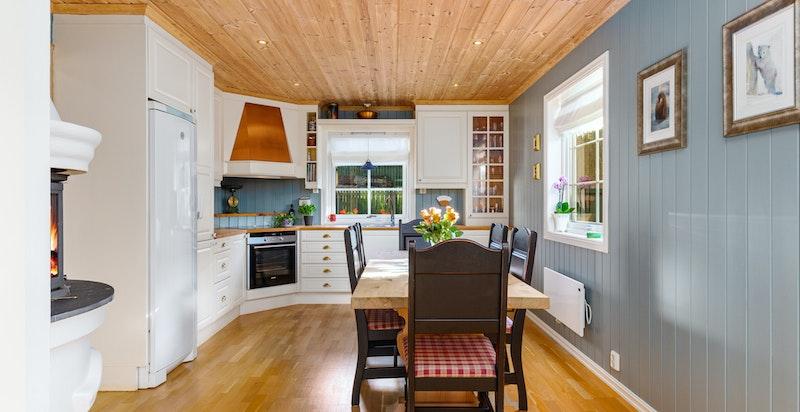 Hyggelig, sosialt kjøkken med peis og god plass til spisebord