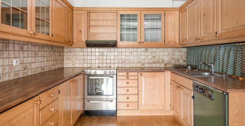 -Stort kjøkken med rikelig med skapplass og arbeidsflater-