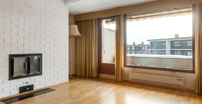 -Romslig stue med oppmurt peis og utgang til stor terrasse-
