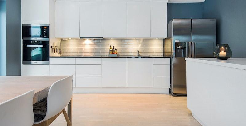Stilrent kjøkken fra Strai med integrerte hvitevarer