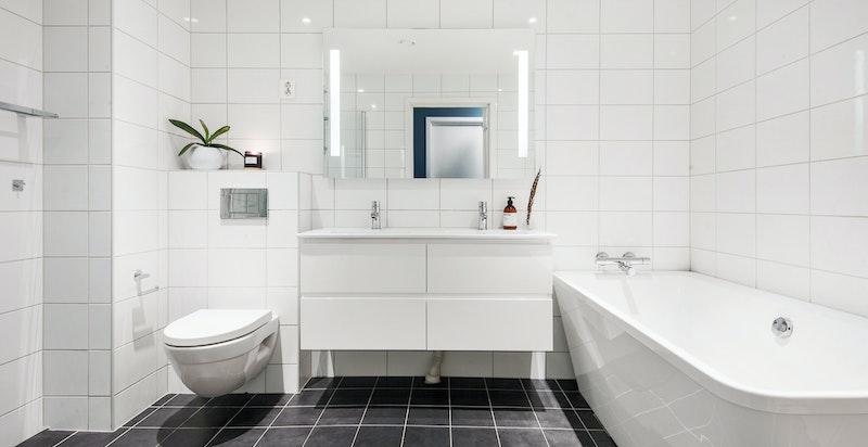 Badet i 2. etasje med badekar og egen dusjnisje
