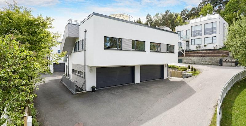 Fasade - integrert dobbelgarasje med direkte adkomst via sluse inn til boligen