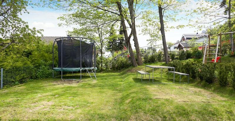 Ekstra hagedel like ved bolgen med god lekeplass (eksklusiv bruksrett til denne seksjonen)